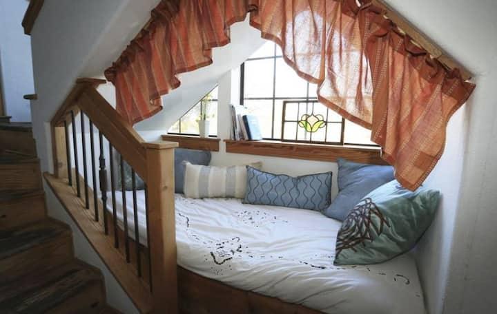 Great Amenities! Private Room for 2 - Upper Floor