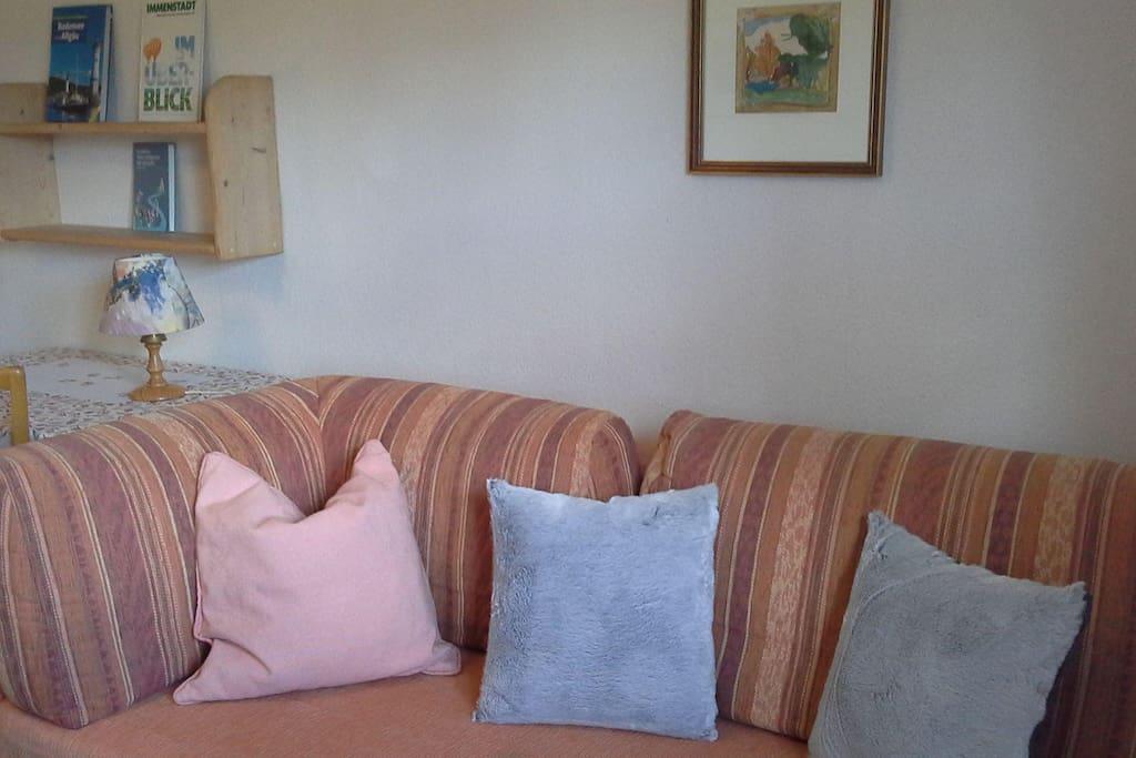 Couch, Tisch im Schlafzimmer