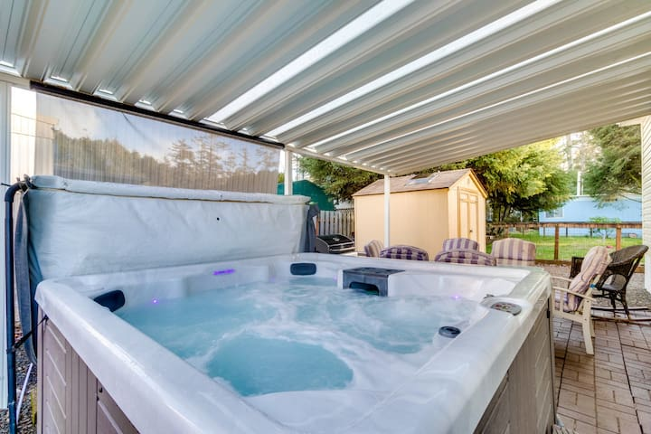 Gorgeous valley views, a private hot tub & close to the beach!