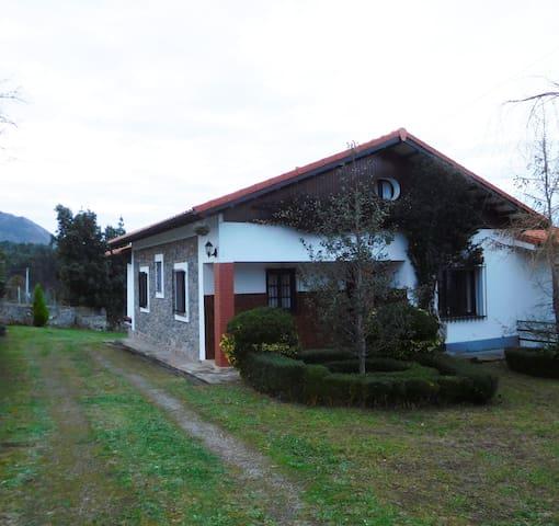 Una casa entre la playa y la montaña - Caravia - Hus