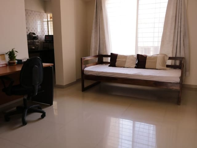 Bright & Spacious 1BR Apt Nr Airport (Gents only)