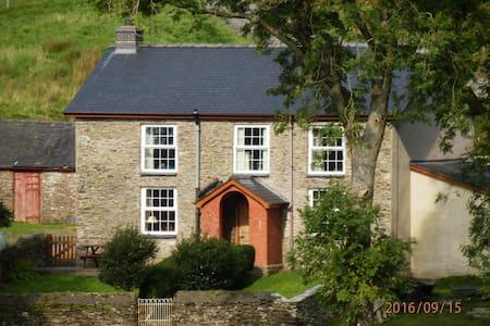 A warm, welcoming farmhouse with beautiful views - Aberhosan