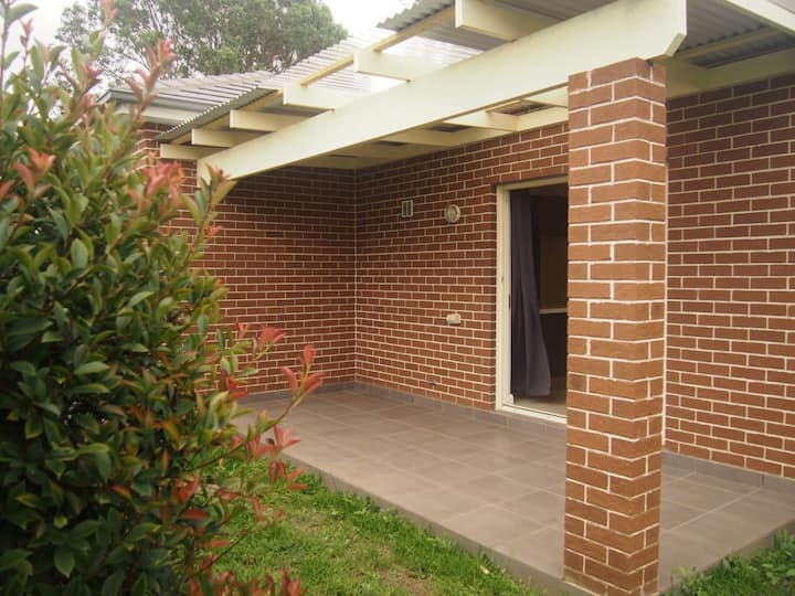 Beautiful leafy home, just 20min to Airport & City
