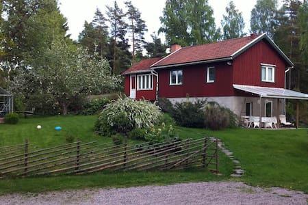 Personligt rött hus nära Göteborg - Gråbo - Dom