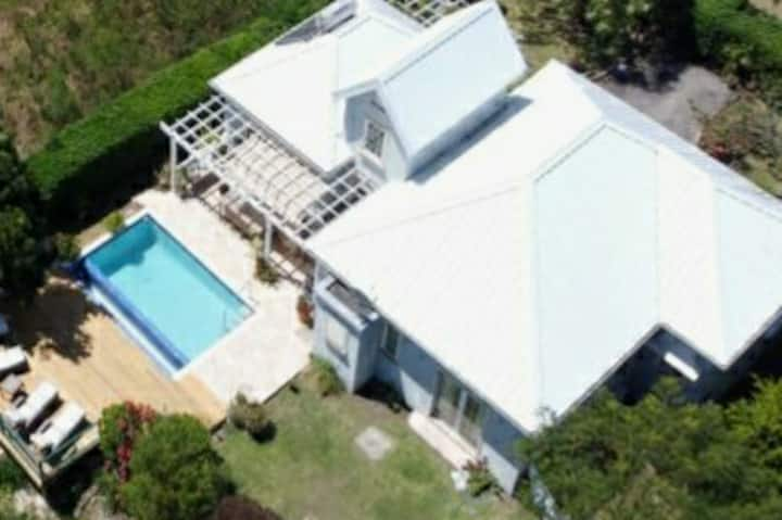 Lovely villa with pool 1 mile to Gibbs Bay beach
