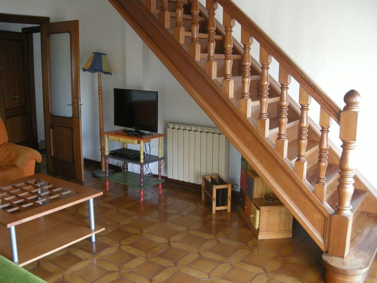 El salón y acceso a la segunda planta