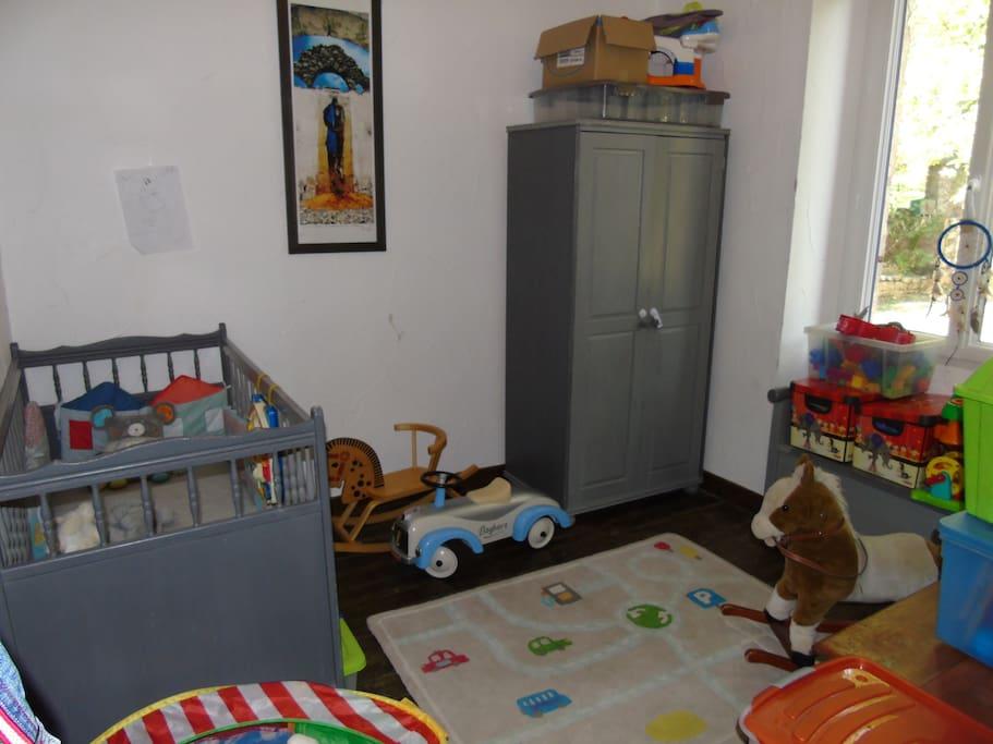Chambre avec lit bébé + une autre petite chambre avec une lit double