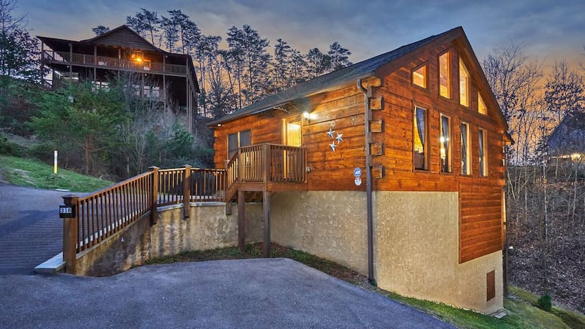 Renovated Log Cabin, Sleep 7, Hot Tub, Game Room.