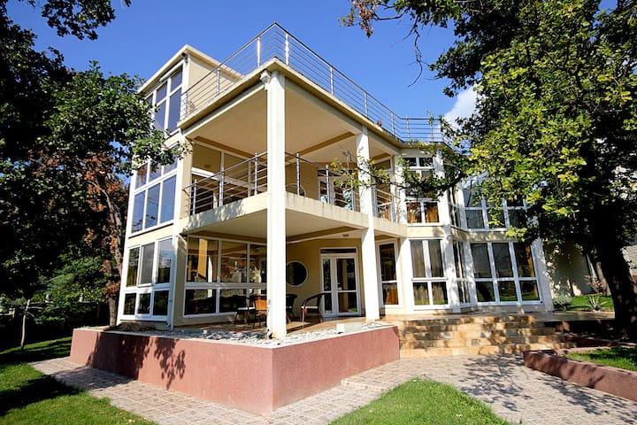 Villa Sutomore