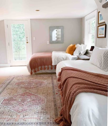 Bedroom with two twins on garden level with beautiful view into garden!