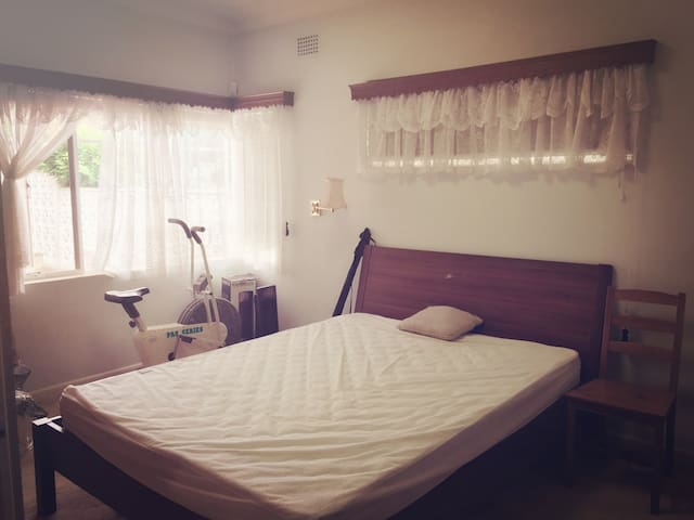 sunny room easy to city&shp center - Denistone - Talo