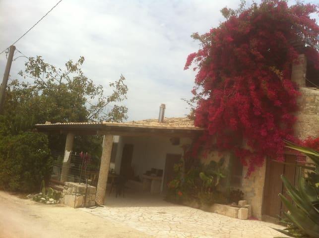 Sicilia:Campagna tra ulivi e mare - Noto - Casa
