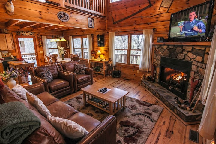 Mountain Breezes - Log Home with Hot Tub, Pool Table, Private!