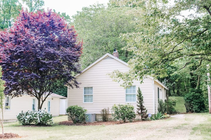 Perfect in the ❤️ of Downtown Raleigh Cottage House