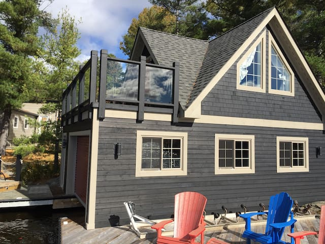 Charming lakefront muskoka cottage - Coldwater - Blockhütte