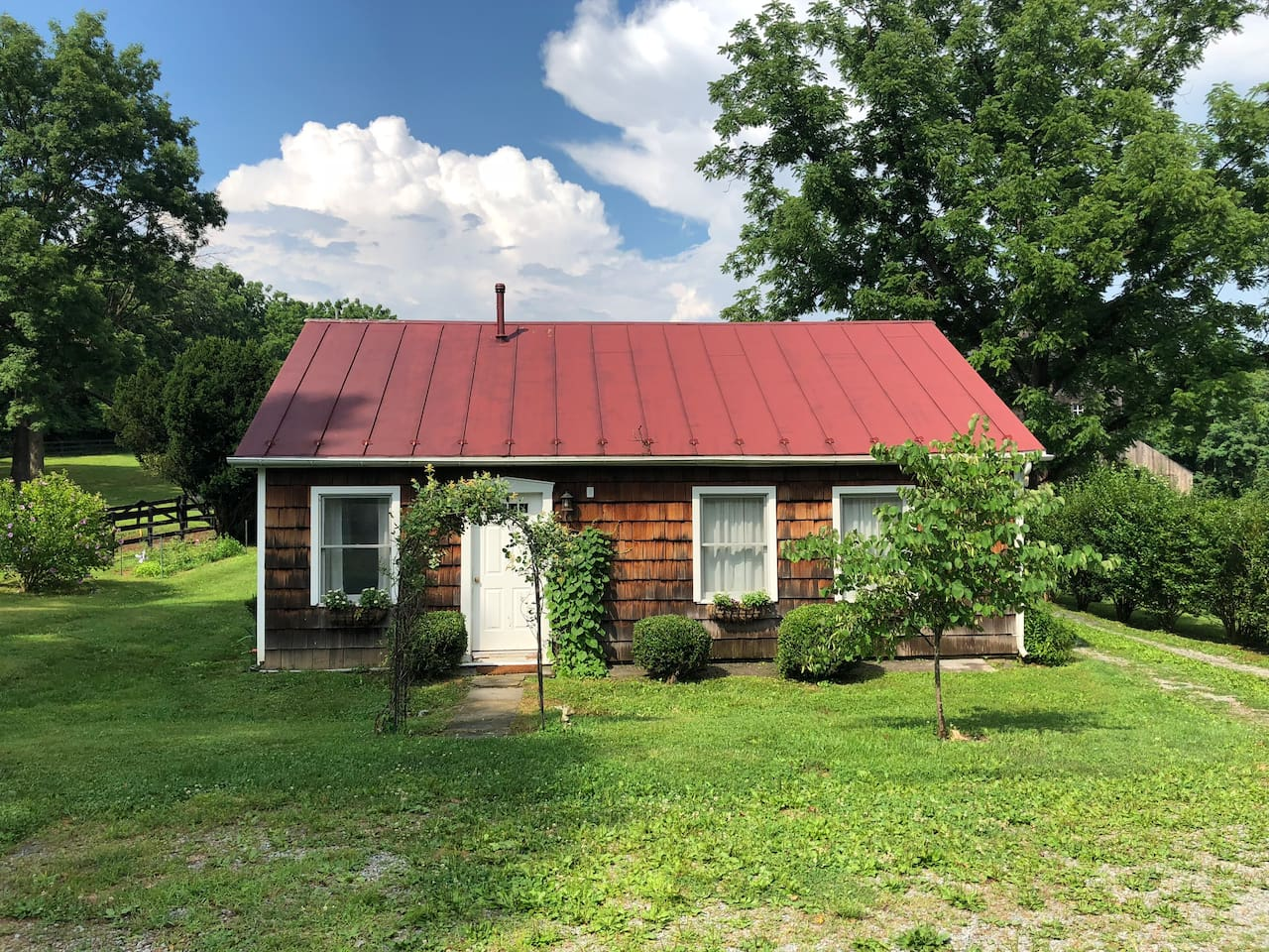 Cottage on an 18 acre horse farm in Middleburg. Very close to the town but in the countryside on the banks of Goose Creek.