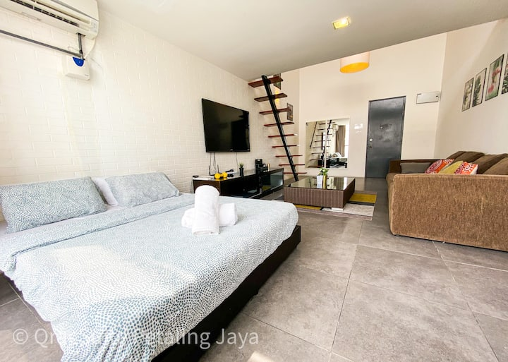 QRACHOMES Spacious Duplex Apt at Damansara Perdana
