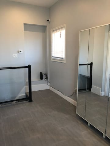 Modern 2 bed at Trendy Ottawa Street - Hamilton