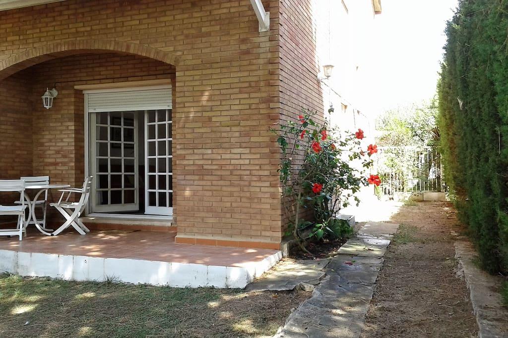 The house with its prived garden  La casa con su jardín privado y terraza