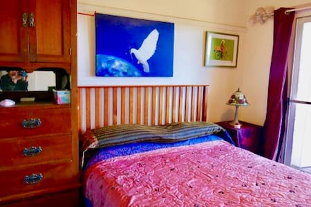 Comfy bed in charming cottage with valley views - Red Hill South