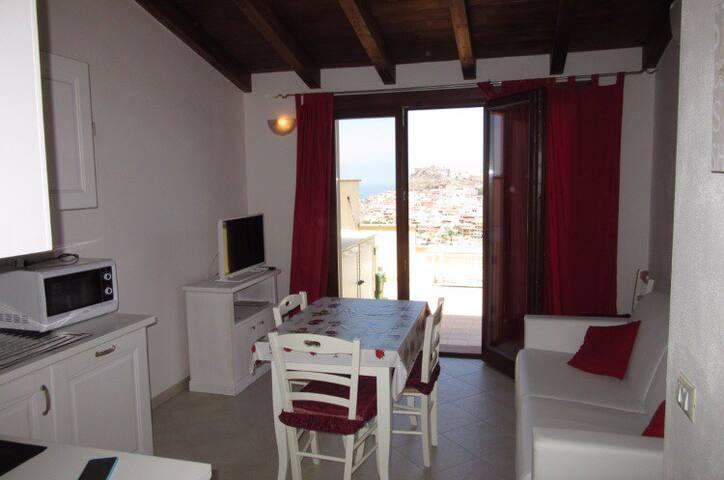 Sala da pranzo con divano letto e angolo cottura