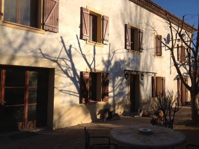Chambre avec terrasse dans bastide - Aubagne - Gästhus