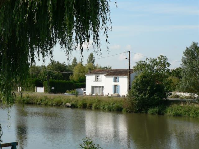 Gîte Marais Poitevin Bord Rivière - La Ronde - Haus