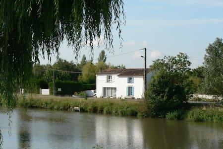 Gîte Marais Poitevin Bord Rivière - La Ronde - 獨棟