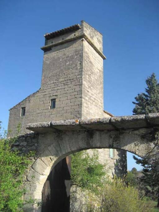 la Tour et le porche d'entrée