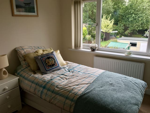 Friendly and tidy house (with single bed/1 guest)