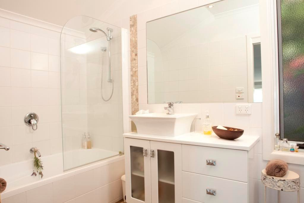 Watersedge bathroom with full size bath and toiletries