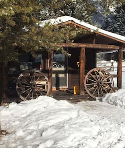 Cozy Cabins Tucked in Mountains - Gallatin Gateway - Stuga