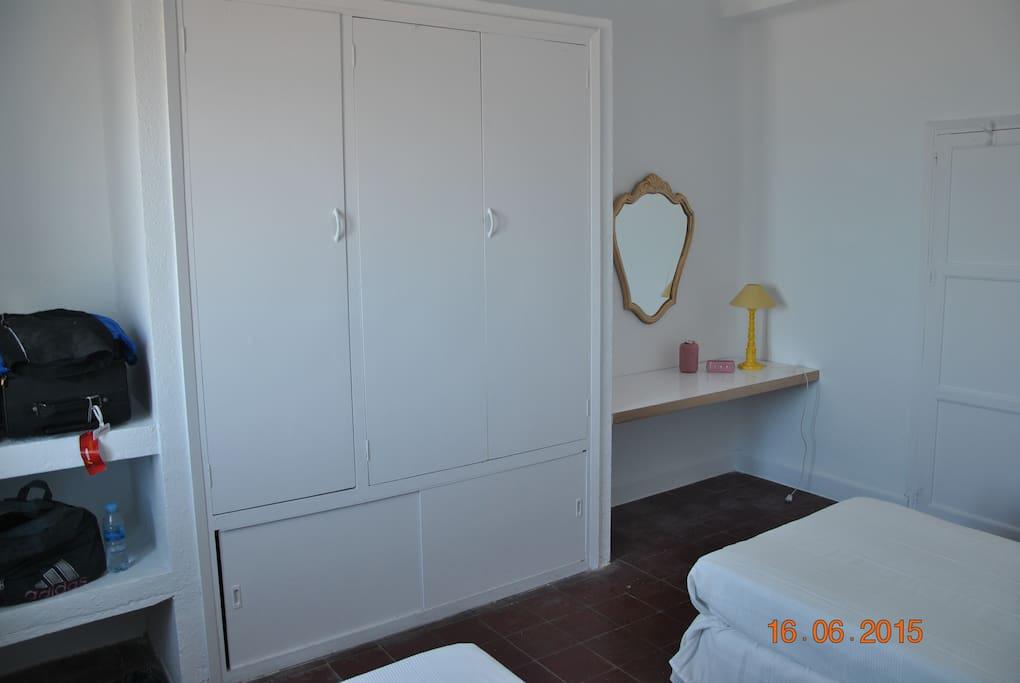 Dormitorio 1 con dos camas, armario y tocador