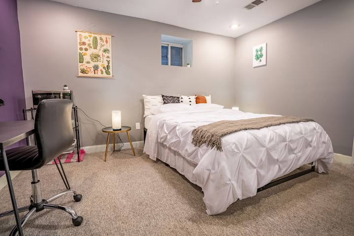 Sweet Logan Square Suite, easy walk to Blue Line!