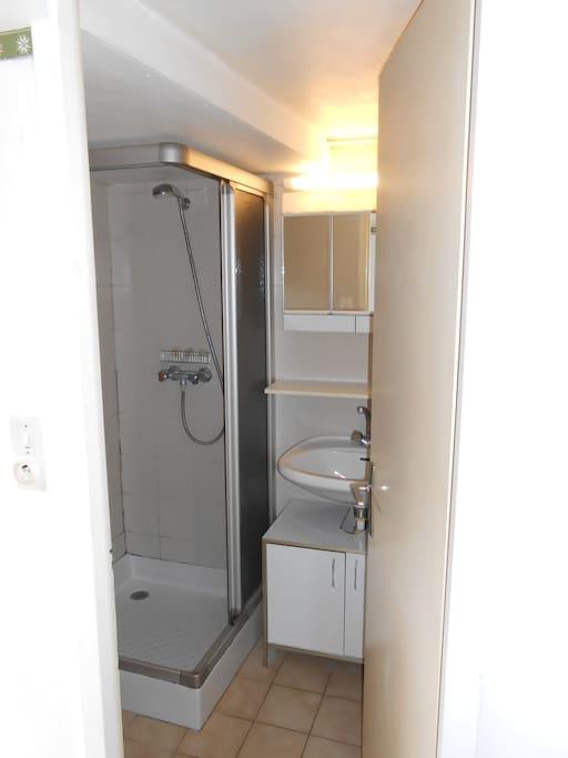 Douche, vasque, WC et meuble de rangement