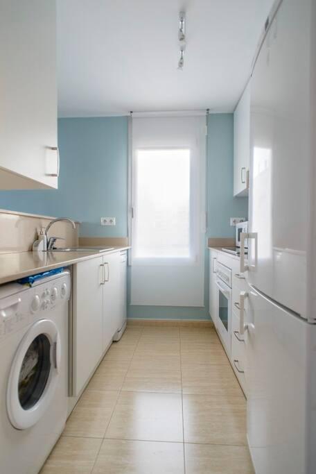 Cocina totalmente equipada, lavavajillas, lavadora, microondas,horno,nevera, cafetera nexpreso...