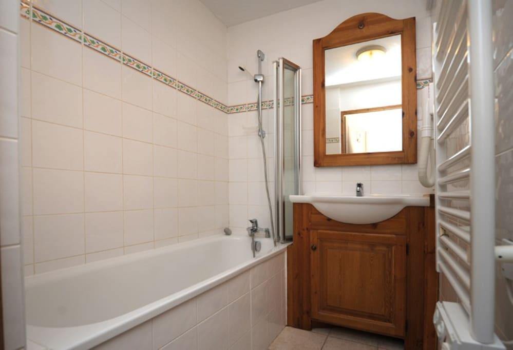 Salle de Bain = baignoire + évier