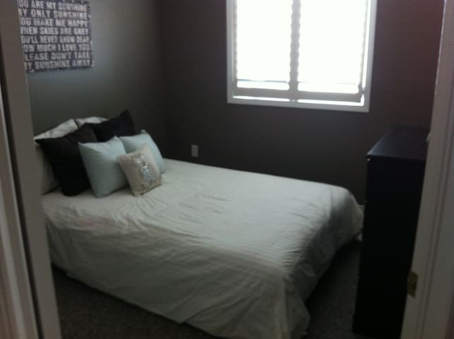 Comfortable room in a clean and quiet home - Kitchener