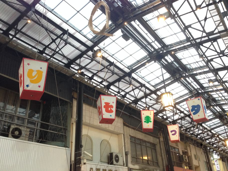 This room faces Endoji Shopping street. 夜も明るいです。