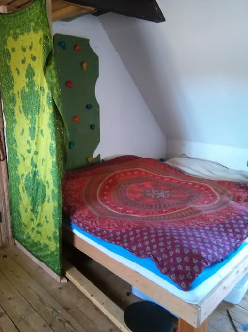 Seng til 3 personer, Der kan yderligere blive lagt madrasser på gulvet.
