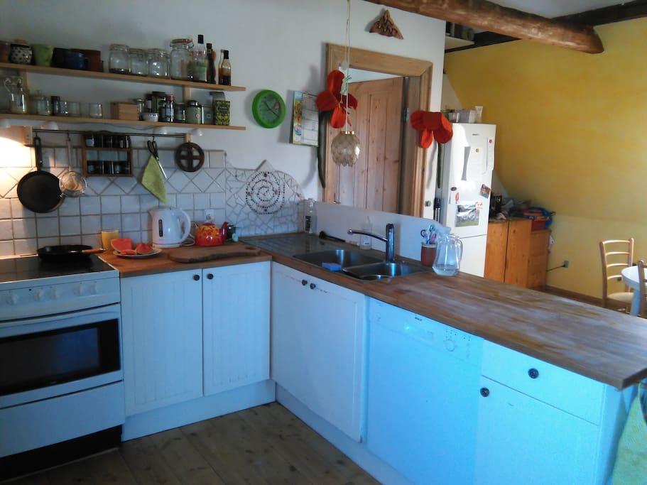 Køkkenet, der er komfur med oven, opvaskemaskine osv.