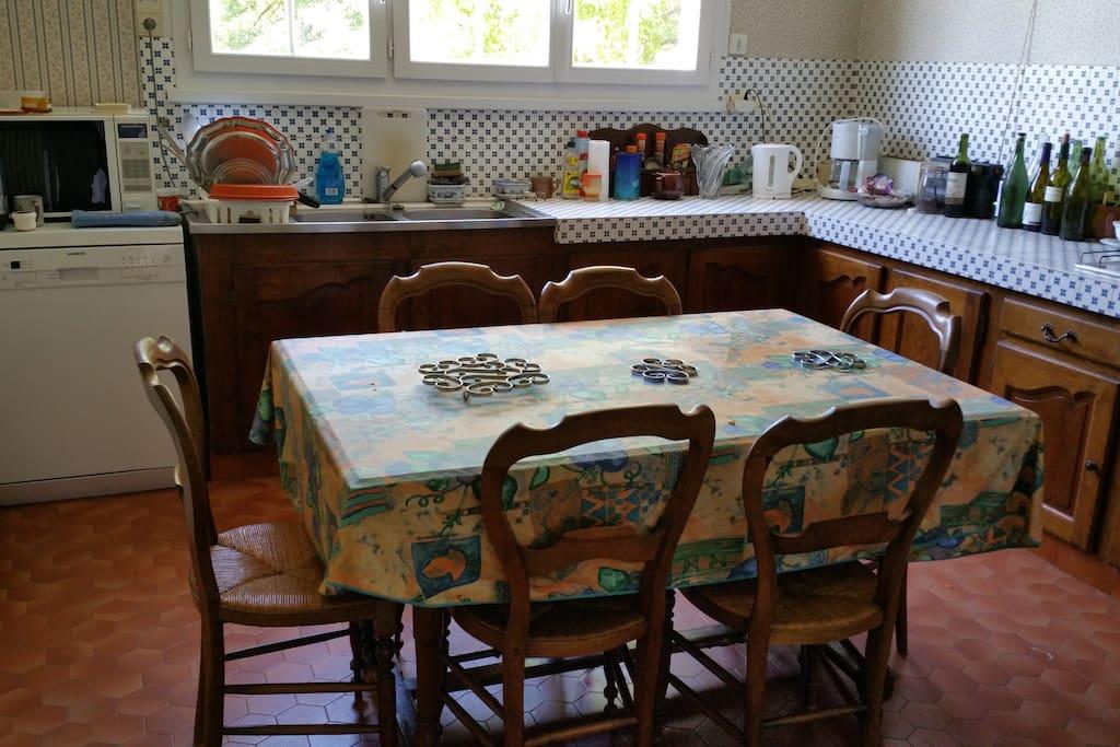 La cuisine, le four, frigo, grille pain, bouilloire
