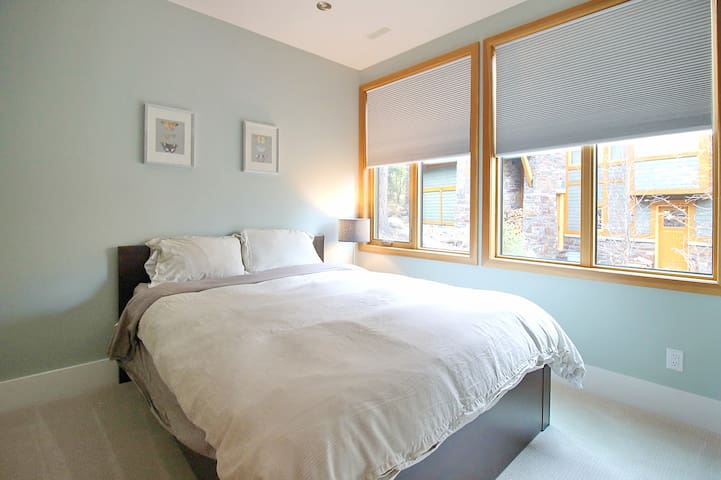 5th bedroom located on the bottom floor, w/ closet and share bathroom