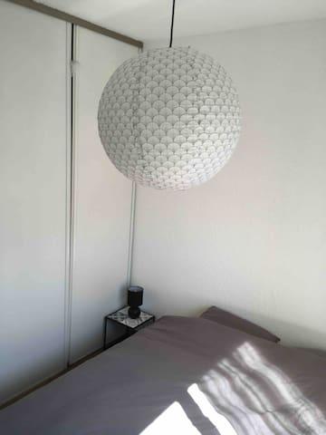 chambre avec lit 160x200 et grand placard