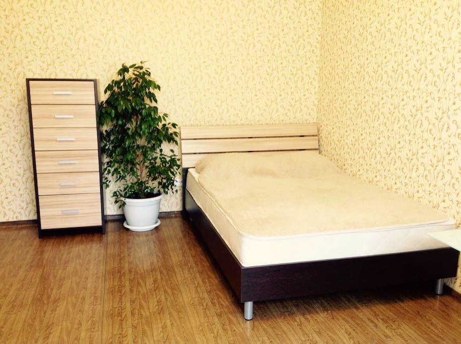 Солнечная комната, 2 спальная кровать. Чистый и наглаженный комплект белья будет готов к Вашему приезду!