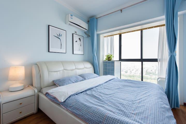蓝色海洋———次卧室,大落地窗城墙夜景
