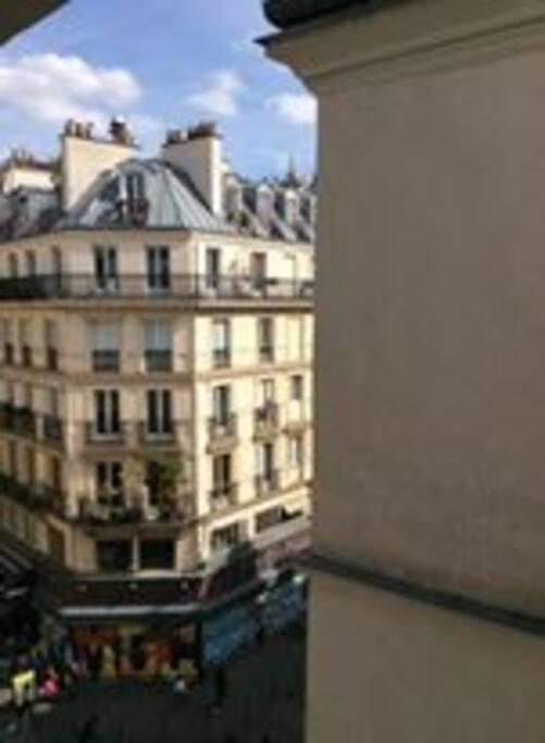 Vue sur la rue Saint-Denis et sur le haut de la Tour Saint-Jacques.