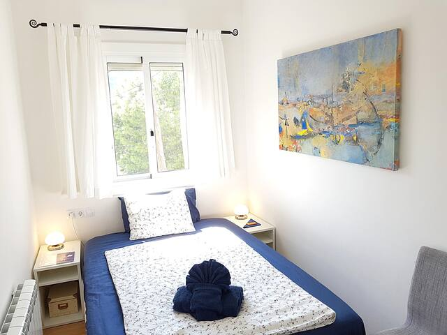 Bright, tranquil bedroom in park, well connected