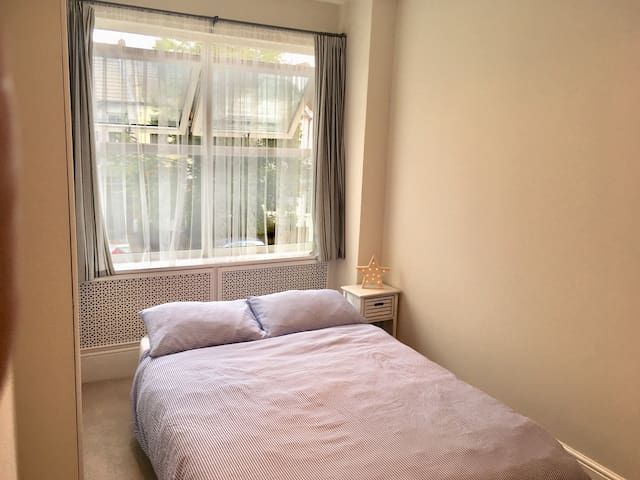 Two Double Rooms in leafy Raynes Park