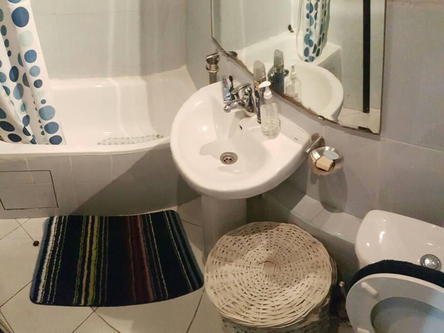 salle de bain de la chambre à coucher avec baignoire